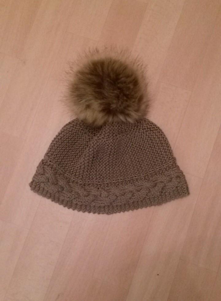 Bonnet avec gros pompon au tricot