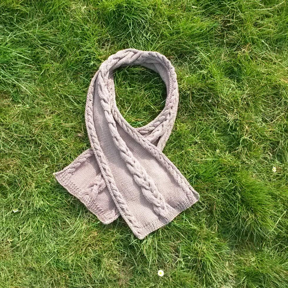 Écharpe avec torsades au tricot