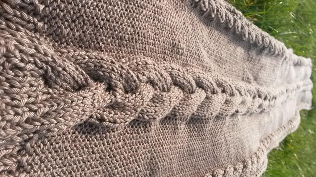 Écharpe avec torsades au tricot - vue longueur
