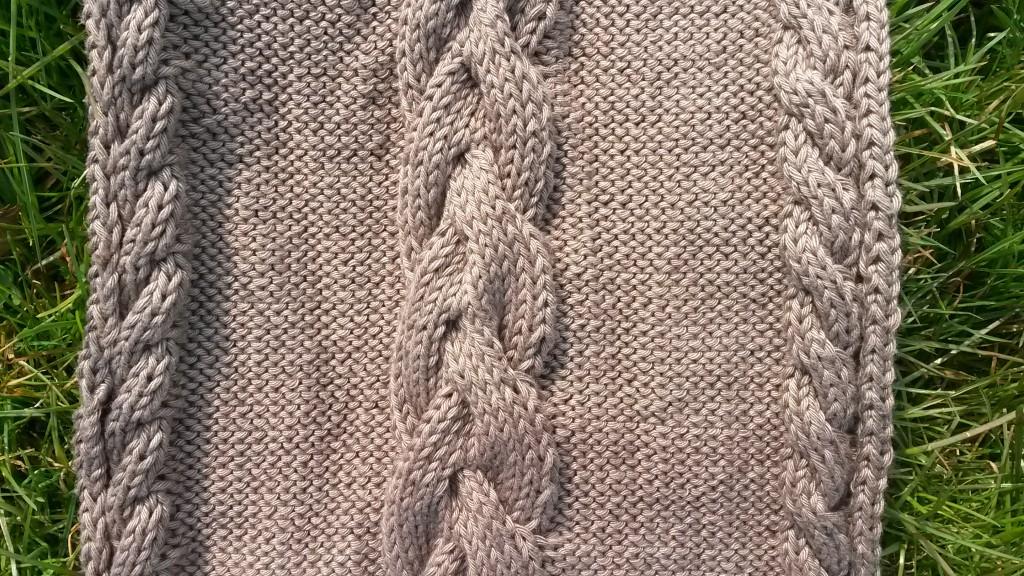 Écharpe avec torsades au tricot - vue largeur