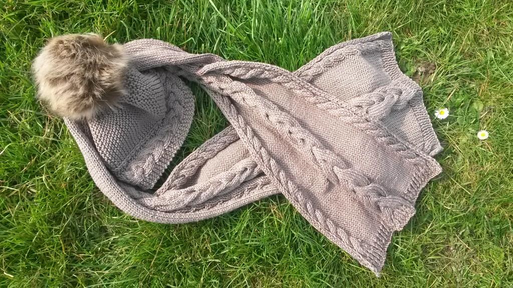 Écharpe avec torsades au tricot - avec bonnet