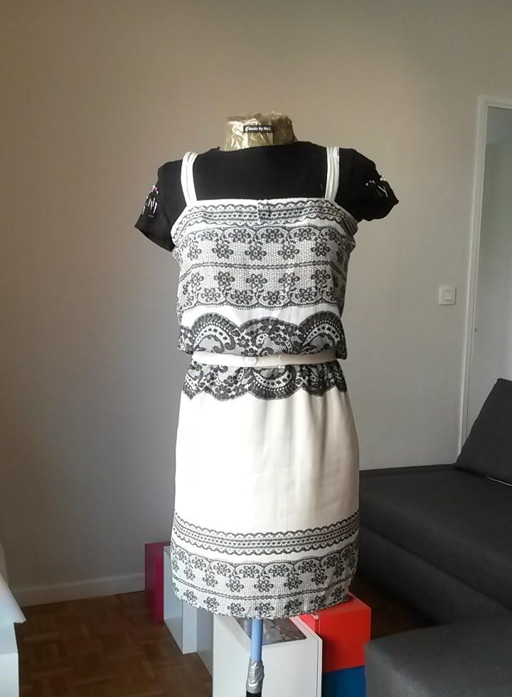 Robe blanche et noire cousue