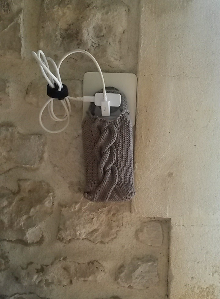 Pochette et porte téléphone en charge