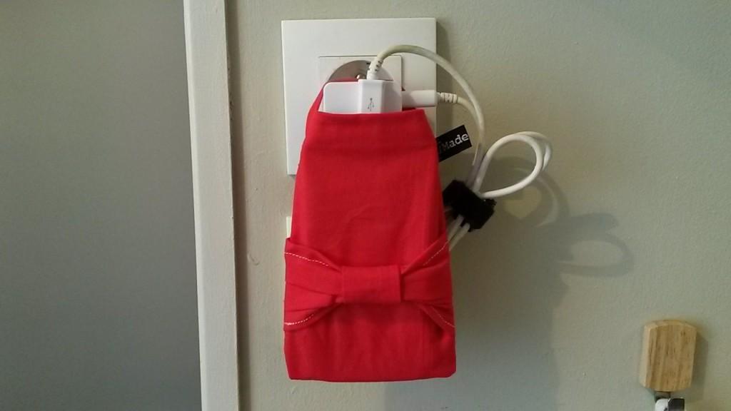 pochette porte téléphone en charge rouge noeud
