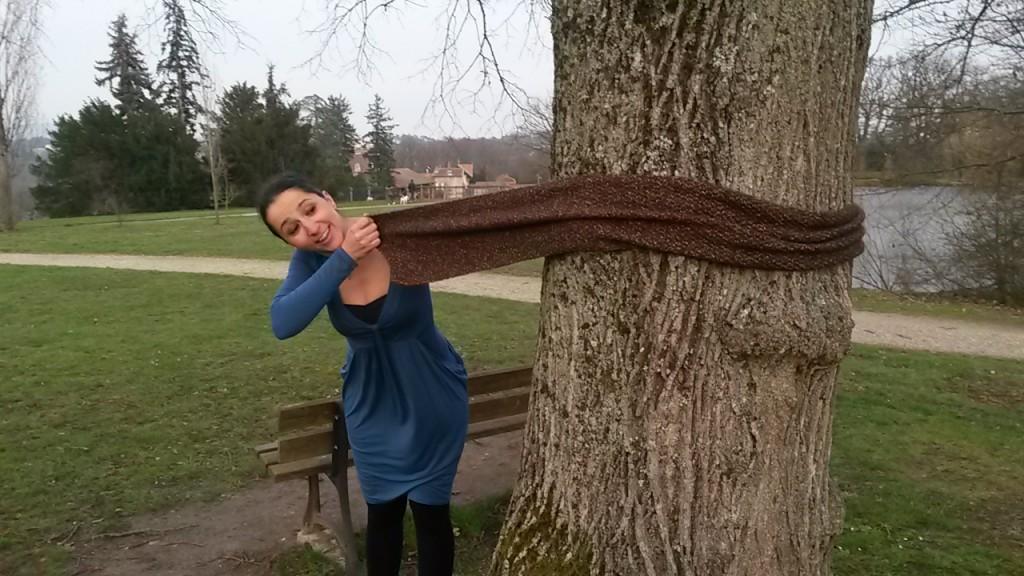 Écharpe au tricot - tour de l'arbre