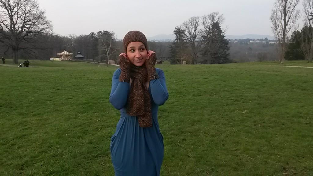 Écharpe, bonnet et mitaines au tricot