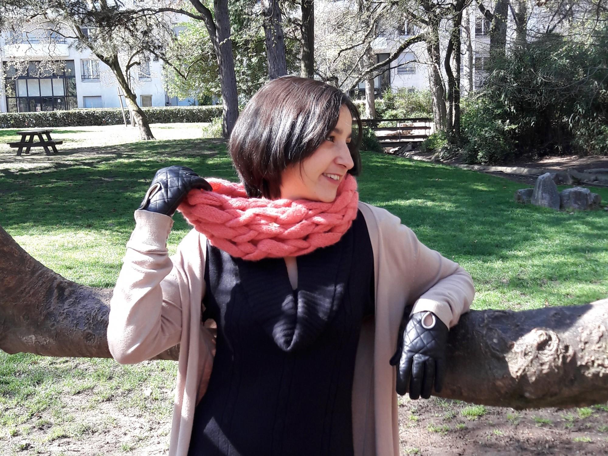 Snood tricoté avec les bras