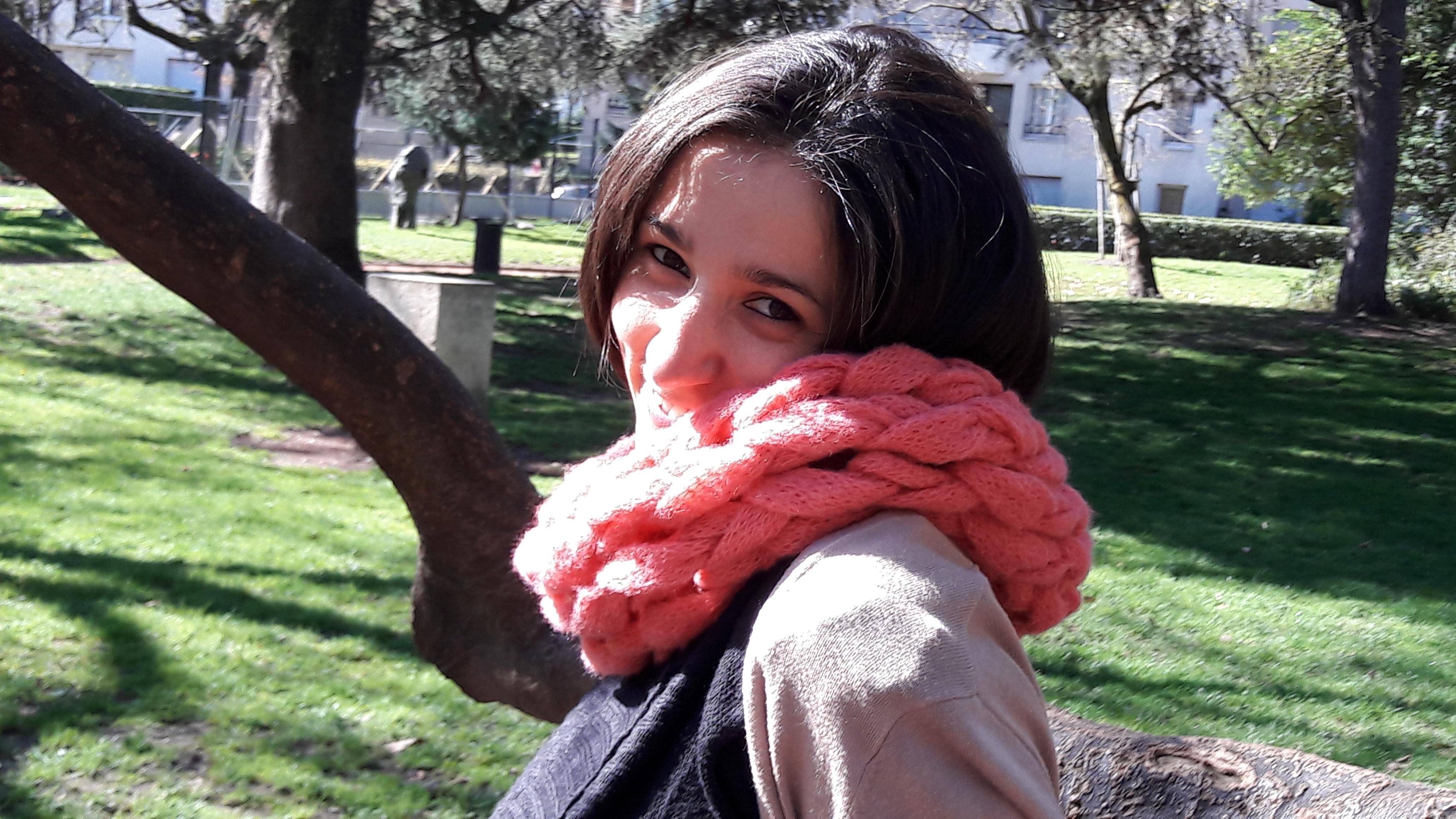Snood tricoté avec les bras - vue de côté