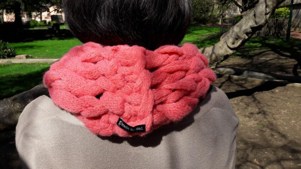 Snood tricoté avec les bras - vue de dos