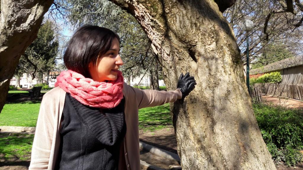 Snood tricoté avec les bras - vue profil